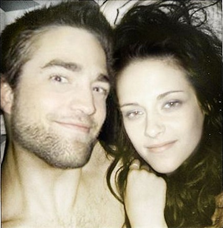 robert_pattinson_and_kristen_stewart_in_bed[5]